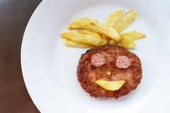 Сторона счастья зажаренного бургера с фраями на плите Стоковые Фотографии RF