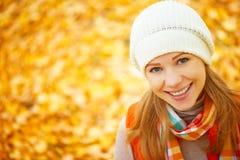 Сторона счастливой девушки с листьями осени на прогулке Стоковая Фотография