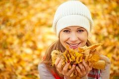 Сторона счастливой девушки с листьями осени на прогулке Стоковые Фотографии RF