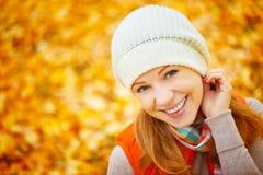 Сторона счастливой девушки с листьями осени на прогулке Стоковые Фото