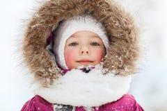 Сторона счастливых маленького ребенка или девушки в одеждах зимы Стоковая Фотография RF