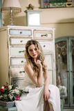 Сторона тела дамы очарования моды погоды лета тени блеска платья цвета красивой сексуальной носки моды прически женщины белая оде Стоковое фото RF