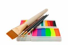 сторона тортов щеток над белизной радуги красок Стоковая Фотография