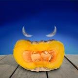 Сторона тыквы дьявола хеллоуина положила дальше древесину террасы Стоковое фото RF
