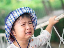 Сторона унылой маленькой девочки плача на предпосылке bokeh с винтажным fil стоковая фотография
