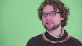 Сторона усиленного молодого бородатого человека получая плохую новость видеоматериал