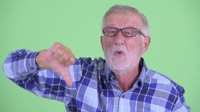 Сторона усиленного старшего бородатого человека хипстера получая плохую новость акции видеоматериалы