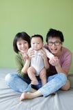 Сторона усмешки семьи (мати, отца и малого младенца) стоковые фотографии rf