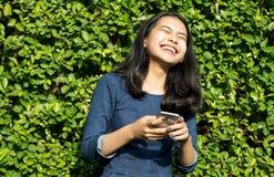 Сторона улыбки азиатской девушки милая на зеленом парке Стоковое Изображение RF