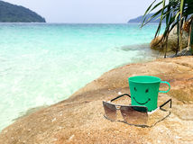 Сторона улыбки на зеленых пластичных кружке и солнечных очках Стоковые Фотографии RF