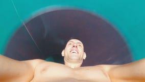 Сторона человека спуская от весьма водных горок Первый взгляд персоны Таиланд сток-видео