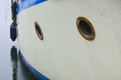 Сторона шлюпки отраженная в гавани Стоковые Изображения RF
