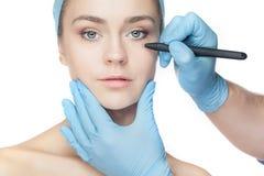 сторона beautician красивейшая ее линии детеныши женщины пластической хирургии прокалывания деятельности касающие Стоковое Изображение