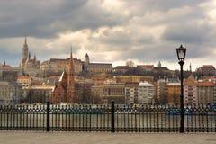 Сторона Buda города Будапешта под бурным небом Стоковая Фотография