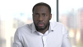 Сторона confused бизнесмена на запачканной предпосылке акции видеоматериалы
