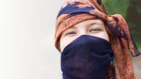 сторона girl Портрет визирование Глаза против предпосылки голубые облака field wispy неба природы зеленого цвета травы белое Стоковые Изображения