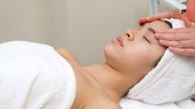 Сторона ` s девушки massagges Masseur стоковые фотографии rf