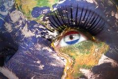 Сторона ` s женщины с текстурой земли планеты и paraguayan сигнализируют внутри глаза Стоковые Фото