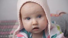 Сторона ` s младенца конца-вверх милая маленькая сток-видео