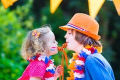 2 сторонника футбола милых детей голландских Стоковое Изображение RF