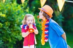 2 сторонника футбола счастливых детей голландских Стоковая Фотография RF
