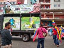 Сторонники от марша Nicolas Maduro в Каракасе для того чтобы чествовать первую годовщину перевыборы стоковое изображение rf