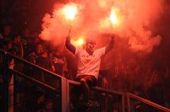 сторонники хулиганиь ultras горят пирофакелы во время спички, Slask Wroclaw против Lech Poznan 6-ого мая 2013 в Wroclaw, Pola Стоковая Фотография