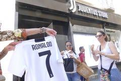 Сторонники Juventus FC идя сумашедший для игрока Cristiano Ronaldo нового на следующий сезон стоковые фотографии rf