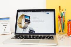 Стороны вахты яблока вебсайта компьютеров Эпл showcasing Стоковые Изображения RF