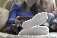 2 стороны сестер девушек счастливых усмехаясь Стоковое Изображение