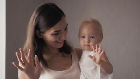 Стороны счастливой семьи смеясь над, мать держа прелестный ребёнок ребенка, усмехаясь и обнимая, близкая поднимающая вверх границ Стоковое фото RF