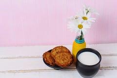 Стоцвет и молоко с печеньями стоковое изображение rf