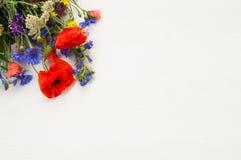 Стоцвет, мак, cornflower, тысячелистник обыкновенный и другое красивое лето field цветки на деревянной предпосылке Стоковое Фото
