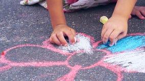 Стоцвет чертежа ребенка мелом на асфальте Концепция искусства улицы Стоковые Фотографии RF