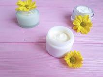 Стоцвет handmadeyellow продукта здоровья заботы Cream опарника косметический цветет розовая деревянная предпосылка Стоковые Фотографии RF