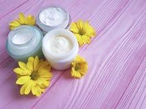Стоцвет handmadeyellow продукта Cream опарника косметический цветет розовая деревянная предпосылка Стоковая Фотография