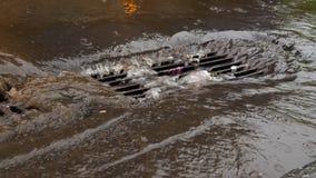 Сточная труба закупоренная с поганью на проливном дожде Затопленная улица сток-видео