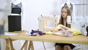 Сточная труба кладя поток в подготовку швейной машины в atelier видеоматериал