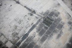 Сточные канавы, приведенные к решетке нечистот шторма Стоковые Фотографии RF