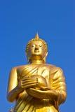Стоьте золотистая статуя Будды на небе в Таиланде Стоковые Изображения