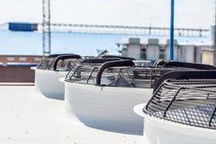 Стояки водяного охлаждения на частном предприятии, трубы, клапаны, вентиляторы стоковая фотография