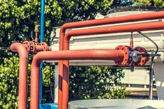 Стояки водяного охлаждения на частном предприятии, трубы, клапаны, вентиляторы стоковые фото