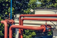 Стояки водяного охлаждения на частном предприятии, трубы, клапаны, вентиляторы стоковые фотографии rf