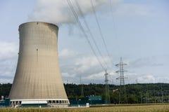 Стояк водяного охлаждения атомной электростанции против ландшафта печной трубы голубого неба Стоковые Фотографии RF