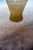 Стояк водяного охлаждения завода теплоэлектроцентрали отразил в воде Стоковая Фотография RF