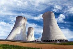 Стояк водяного охлаждения с облаками, атомная электростанция Стоковое Фото