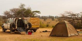 Стоянка автомобилей виллиса на лагере в сафари, Serengeti Стоковая Фотография