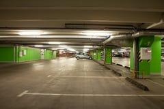 стоянка автомобилей гаража нутряная подземная стоковое фото