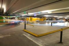 стоянка автомобилей гаража нутряная подземная стоковое изображение rf