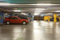 стоянка автомобилей гаража нутряная подземная Стоковые Изображения RF